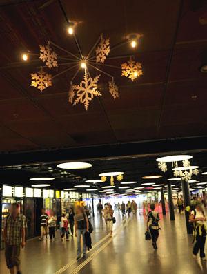 Weihnachtdekoration im Berner Bahnhof mitten im Juli: Test oder was?