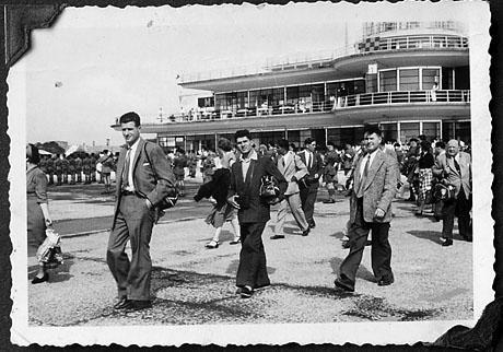 Gerhard Müller (links) und Fritz Schmutz (Mitte) ca. 1954 auf dem Weg nach Neuseeland (Privatarchiv F. Schmutz)