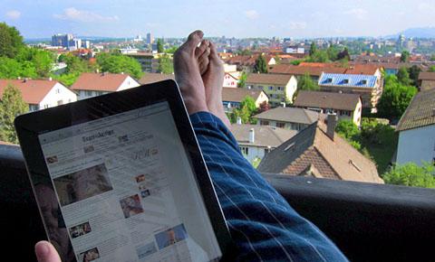 Den Samstag mit dem iPad auf dem Berner Balkon beginnen