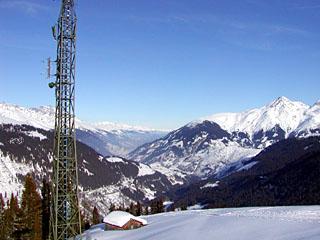 Seilbahn-Bergstation und Antennenmast inkl. Sunrise-Basisstation auf der Alp Tgom oberhalb Sedrun im Winter (2004) - klicken für mehr Fotos der Gegend