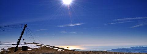23. Februar, Bergstation des Skiliftes auf der Montagne de l'Audibergue, Sicht aufs Massif de l'Esterel und das Mittelmeer