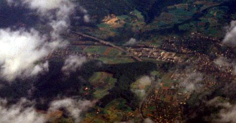 Itingen und Sissach aus der Luft am Morgen des 31. Mai 1993 kurz nach dem Start in Kloten