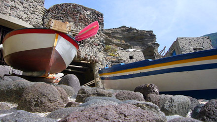 Pollara (Salina): Fischerboote in der Felsenbucht