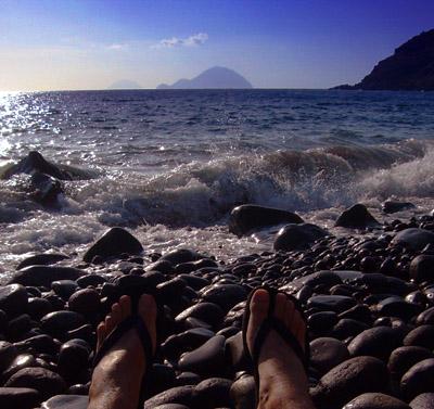Strand bei Rinella, Blick auf Alicudi und Filicudi, September 2007