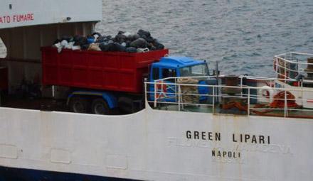 Green Lipari...? - Fähre im Hafen von Vulcano, September 2007