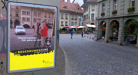Plakatständer bei der Einfahrt in die Begegnunszone Untere Altstadt Bern (August 2008)