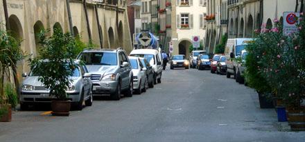 Die Rathausgasse ist fast immer voller Falschparkierer (August 2008)