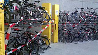 Velostation Bern: Statt sie für Abobesitzer und zahlende Tagesgäste freizuhalten, sperrt man die Plätze lieber ab