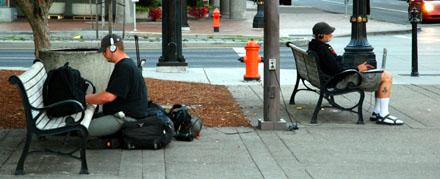 So lässt es sich arbeiten - samt Steckdose (am Fluss, Portland OR, August 2008) - Klicken für mehr Fotos
