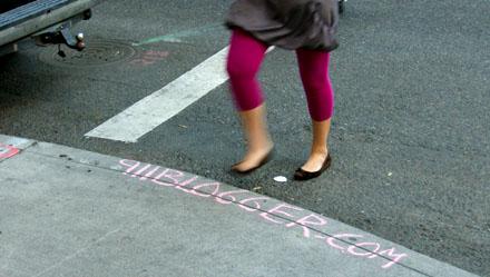 Werbung für einen Blog via Kreide (Portland, OR, August 2008) - Klicken für mehr Fotos