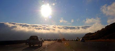 Nebelschwaden fliessen auf die Interstate 280 zwischen Palo Alto und San Francisco (September 2008)