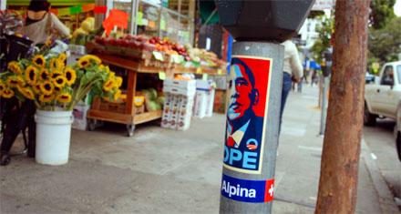 Porta Alpina neben Obamas Hoffnung an einer der bekanntesten Ecken San Franciscos (September 2008)
