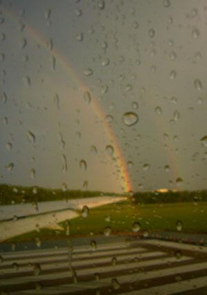 Regenbogen kurz vor dem Stadt in Washington-Dulles (September 2008)
