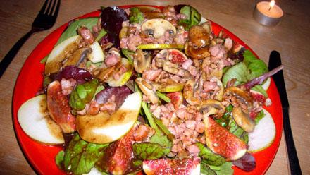 Blattsalat an Vinaigrette mit Feigen und Birnen, garniert mit gebratenem Speck und Pilzen à la Christina (Oktober 2008)