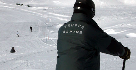 Truppe alpine der italienischen Armee - hoffentlich können wenigstens die Offiziere etwas besser skifahren (November 2008)
