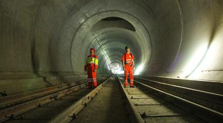Zwei Jacomets in der fast fertig ausgebauten Oströhre des NEAT-Basistunnels unterhalb Sedrun, Blickrichtung Süden (Dezember 2008)