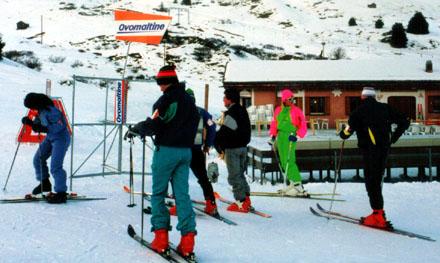 Sek-Skilager in Savognin: Ninas Neon-Anzug sticht aus der Gruppe heraus (Januar 1988)