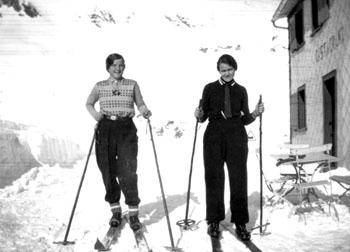 Oberalp-Passhöhe, vermutlich Ende 1920er- / Anfang 1930er-Jahre: Des Schreibenden Tatta bzw. Grossmutter (rechts) als fesche Bündner Ski-Lady