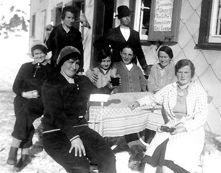 Tatta Antonia (links aussen) bewirtet im Restaurant Passhöhe aif dem Oberalppass Einheimische und Gäste - auf der Speisekarte: Flaschenbier, Limonaden, Sirupe, Thee, Caffee, Diverse Liköre, Echt Enzian