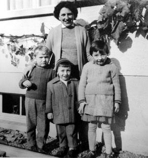 Nach der Flucht anlässlich des Ungarnaufstandes 1956 schlägt die Familie ihre Zelte in Itingen BL auf: Die Grossmutter mit der Mutter und zwei Onkeln des Schreibenden