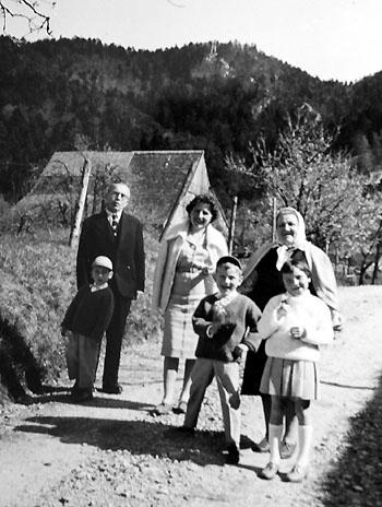 Spaziergang einer ungarischen Emigrantenfamilie am Oberbölchen (Baselland) ca. 1960
