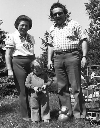 Der Verfasser mit seinen Grosseltern in Itingen BL (1974)