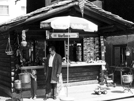 Gion Giusep Jacomets Kiosk im Sedruner Dorfkern