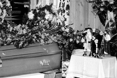 Der Sarg des Grossvaters im Elternhaus in Sedrun, Herbst 1974