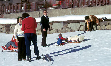 Familienszene aus Sedrun im Winter 1974
