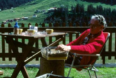 Tatta Antonia im Garten in Sedrun, Sommer 1982