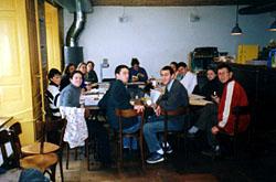 Basler Studierende im traditionellen Sitzungsraum, der Kreuz-Bar (1998)