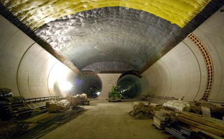 Kreuzungsstelle unterhalb Sedrun: Der einzige Ort im Gotthard-Basistunnel, wo die Züge die Röhre wechseln können - Klicken für mehr Fotos