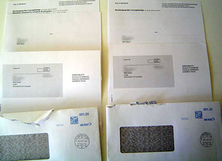 Der tägliche Konsumwahnsinn: Zwei Umschläge am selben Tag mit je einem Adressblatt  (Januar 2009) - Klicken für grosse Fassung