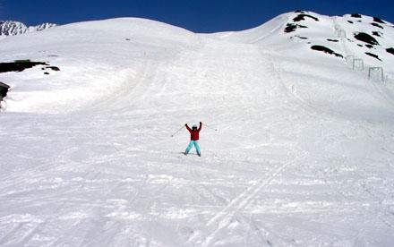 Meret alleine auf der Oberalppass-Piste (April 2009)