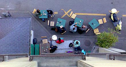 Luftbild des Adrianos am Montagabend, 20. April 2009 - schauen die Damen heimlich nach oben wie in Herwig Mittereggers «Immer mehr»?