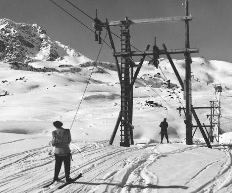 Skilift Hörnli, Arosa, 1940er-Jahre: Gurtenlift nach System Beda Hefti, erbaut von Oehler Aarau, mit Holzmasten