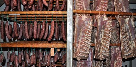 Würste und frischer Speck in der Fleischtrocknerei