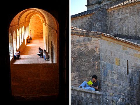 Eine (vermutlich) Kunstklasse übt in der Abbaye du Thoronet, September 2009