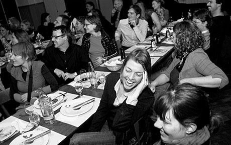 Blockseminar-Teilnehmende aus 19 Jahren geniessen den Abschlussabend in Solothurn (Foto: Daniel Bernet)