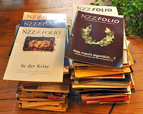 Ein Haufen NZZ Folio & Co: Ungelesene und gelesene Zeitschriften aus den letzten 12 Jahren... ab ins Altpapier