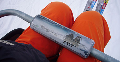 Nervt, weil unbequem: Sessellift-Werbung (Wixi-Sessellift, Wengen, Dezember 2009)