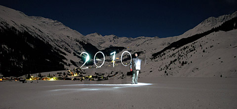 Happy 2010! Sedrun (Valtgeva), 31.12.2009, 00:20 Uhr, 30 Sekunden belichtet bei Fast-Vollmond (Foto: Lucas Jacomet) - Klicken für grosse Fassung