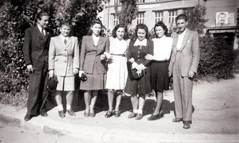 Ungarische Jugendliche ca. anno 1950 mit Stalin-Porträt im Hintergrund