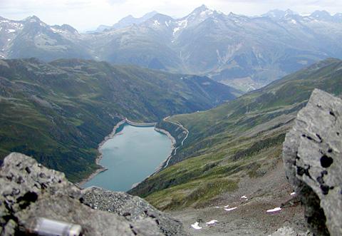 Die andere Perspektive: Blick vom Gipfel des Vatgira nach Sedrun (Hans Jacomet, Juli 2003)