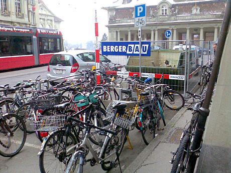 Velomisere Bern, Teil 8762378: Ersatzlos gestrichene Veloparkplätze am Zytglogge (Theaterplatz)