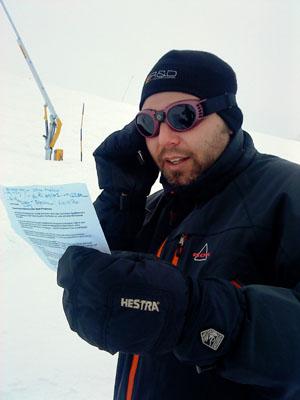 Redaktionssitzung im Schneesturm: Besprechen der Korrekturen im BZ-Helmkamera-Text
