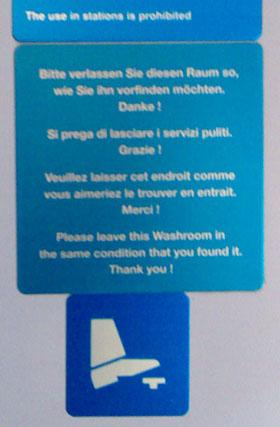 Unklare Anweisungen in einem Zug-WC der RhB: Was gilt denn nun?