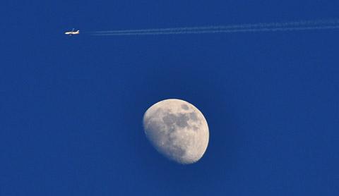 Flugzeug mit Mond: Bern, April 2010