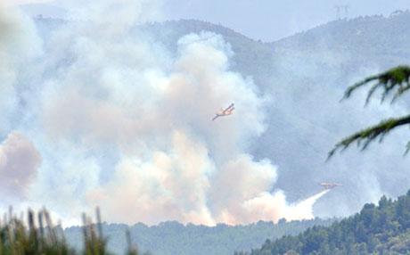 Canadair CL-215 bekämpfen einen Waldbrand bei Seillans (Var), 31. Mai 2010