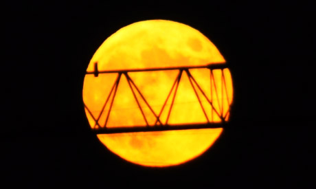 Einen Tag danach: Mond mit Kran